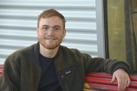 I risikogruppa: Brian Hagen Rist (21) er diabetiker, og har engasjert seg som styremedlem i Ungdiabetes nasjonalt. Studenten fra Leknes håper koronatiden snart er over. Foto: Eirik Eidissen