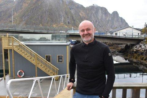 Først: - Svinøya rorbuer er først ut med flytende badstue i Lofoten,  konstaterer eier og daglig leder Ola Skjeseth fornøyd.