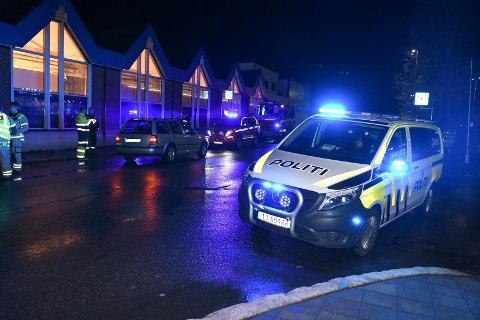 Kollisjon: Nødetatene rykket ut til Svolvær sentrum, etter at to biler kolliderte i Lofotgata ved Rema 1000 lørdag kveld.