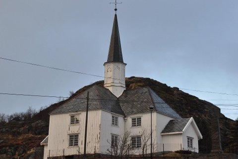 KIRKEFORFALL: Kirkeverge Anne Britt Hagen Lunde får gehør hos kommuneledelsen om å låne en million kroner til å renovere Moskenes kirke. Kirkevergene i Lofoten forteller om ulike standard på kirkene.