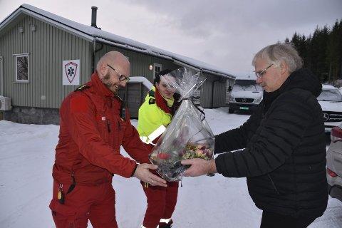 Arne Nikolaisen ga blomster til Kristine Eilertsen og Arnoll Åseng