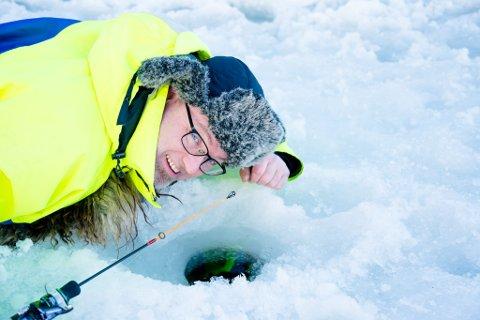 VINDU TIL RØYAS RIKE: Fra liggeunderlaget kan du få et innblikk ned i en stille og mørk verden under isen.