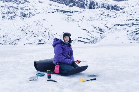FISKE ER LIVET: Rose-Mari Hågensen fra Leknes, landet to røyer på Storvatnet ved Nusfjord sist helg. Hun fisker året rundt.