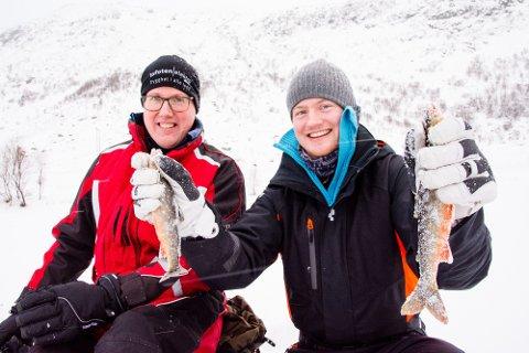 KVELDSMATEN SIKRET: Brian Elvestrand (24) vifter med røyene som broren hans Kevin Elvestrand (36) nettopp har lokket opp av isen på Vareidvassdraget. Kevin bor på Ørsnes, mens Brian bor her på Vareid hvor de begge vokste opp.