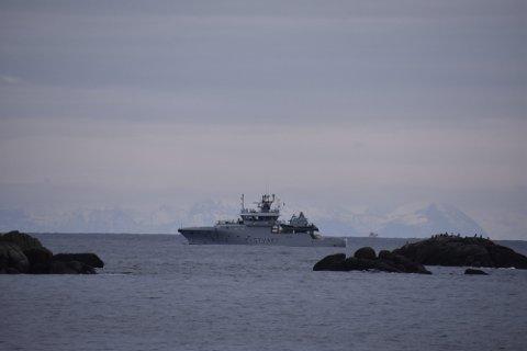 """FØLGER MED: Kystvakten følger med både fra fly og fartøy. Her er KV """"Heimdal"""" utenfor Ballstad."""