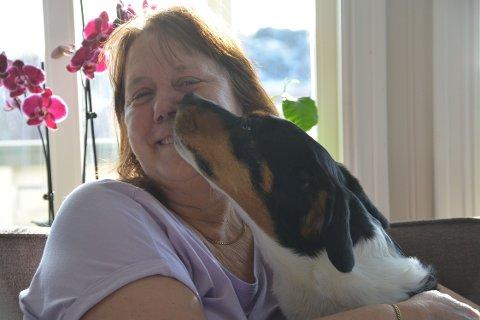 Trøst: Hunden Luna har vært til stor trøst for Ann Mari Andreassen fra Stamsund i året som har gått siden samboeren Tommy brått og uventet døde.