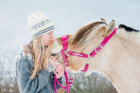 KLAMRER SEG TIL LYSET: Tora har alltid følt seg annerledes og hun sliter med depresjon. Etter at hun begynte i stallen ved Leknes og fikk hesten Frøya, har de tyngste og mørkeste periodene blitt færre.
