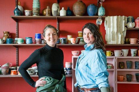 ROCKA OG ROMANTISK: Gunvor Tangrand (til høyre) og Katrine Fjelltun-Larsen i Rokkvika Porselenfabrikk. Gunvor, som beskriver seg som både rocka og romantisk, vil at folk skal føle en nærhet til porselenet hun skaper. De skal føle at hun har tatt i det.