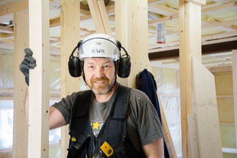 PLATEGEIR: Leknesmannen Geir Kristian Johansen (49), også kjent som Plategeir, jobbet i mange år med å selge CD-plater. I hans nye yrke bygger han hus med andre typer plater. Her skal våtromsplatene opp!