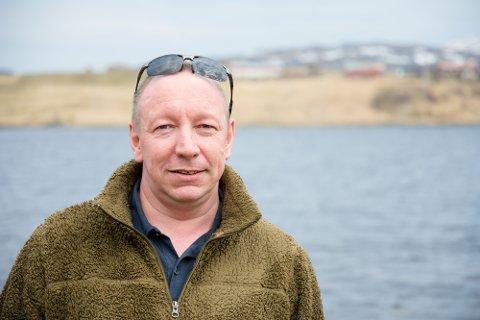 SOM Å BLI SLÅTT MED BALLTRE: Fiskeentusiast Ketil Langstrand Hansen fikk skjev rygg etter en ulykke. Om han står og kaster for lenge med stanga, føles det som om noen slår ham med et balltre. Derfor kjøpte han båt, som han kan sitte og dorge i. Båten har han liggende her i Skullbrusjyen.