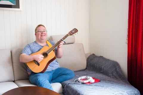 DET ROMANTISKE HJØRNET: Med gitarspill og sang fremfører Vegard Baadstrand Sandnes den kjærlige slageren til Vamp - Tir n'a Noir. Når du har Downs, har du mye følelser, forteller 28-åringen.