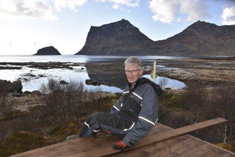 UTSIKT: Gustav A. Karlsen synes utsikten fra  på hytta, som ligger i Vågan hyttefelt, er helt fantastisk. Nå jobber han på for å bli ferdig med terrassen til sommersesongen setter inn. Foto: eirik eidissen