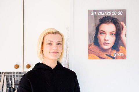 DYKTIG FORAN OG BAK KAMERA: Greta Mickevičiūtė i både blond og mørk utgave. 20-åringen synes det er fantastisk å jobbe i butikk, hvor hun har ansvar for matvarer og får treffe mye mennesker. Bildet av henne på veggen er et selvportrett – en gave fra moren.