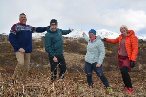 (Hovedbilde)  Velkommen: Leif Klausen, Geir Kristian Johansen, Rita-Wivi Fredriksen og Anne Karin Engen, ønsker alle velkommen til å delta på årets utgave av Ti på topp. Her med Bulitinden i bakgrunnen som er ett av fjellene på årets klippekort.
