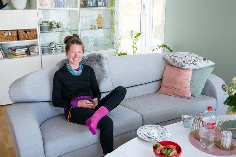 SYKLER HJEM FRA AFRIKA: Etter å ha bodd i Sør-Afrika i seks år, sykler Teresie Hommersand (35) hjem til Norge i stedet for å ta fly. Her tar hun en pause hos Steinar og Beate Horn på Leknes.