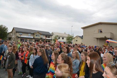 PRIDE PÅ LEKNES: Pride-arrangementet i 2017 samlet mange. Foto: Geir Inge Winther