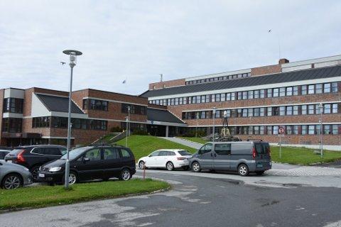 ERSTATNING: Tryg Forsikring krever at Vestvågøy kommune betaler 205.000 i erstatning etter en vannskade.