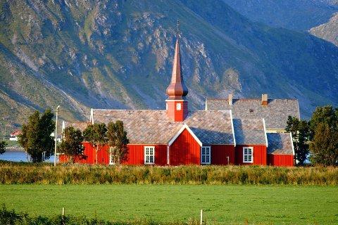 SKJEVFORDELING: Kirkeverge Lisbeth Eriksen mener Flakstad kirke trenger 100.000 kroner fra koronafondet for å få økonomien til å henge i hop.