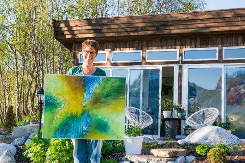 """HYTTE I HAGEN: Maling er smertelindring for Åse Mørch (51). Samtidig er det dager hun ikke klarer å male fordi hun har så vondt. Her står hun foran """"hytta"""" som familien har i hagen."""