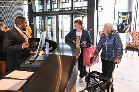 Innsjekk: Gerd Pedersen (97) sjekker inn sammen med datteren Sissel hos resepsjonist Petter Pedersen Tåga.