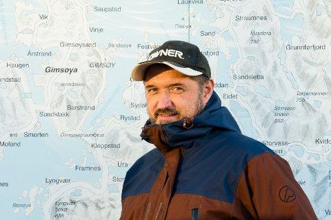 KAN BLI ILLE: Den erfarne fiskeentusiasten John Davy Oddekalv synes pukkellaksen nå opptrer i skremmende mengder i Lofoten. Han oppfordrer folk til å fiske etter den svartelistede arten.