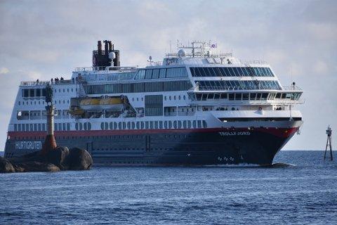 """Alle tilbake: Hurtigruten har nå satt alle syv skipene tilbake i drift. Her fra et tidligere anløp av """"Trollfjord"""" i Svolvær."""