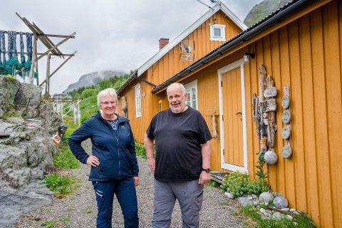 GODT KJØP PÅ LILLE LEKNES: Ekteparet Elin og Reidar Aasved gav 825.000 kroner for rorbua her på Tind da de kjøpte den for ni år siden. Nå har taksten gått opp til over 1,4 millioner kroner. Nesten alle naboene er fra Leknes.