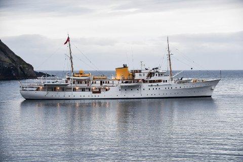 """TILBAKE: Kongeskipet """"Norge"""" er tilbake i Nusfjord etter en liten tur over Vestfjorden. Bildet er fra tirsdags kveld, før de seilte sørover og snudde."""