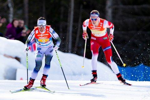 Sveriges Charlotte Kalla (t.v) og Astrid Urenholdt Jacobsen på stafett under VM på ski i Seefeld i 2019. Nå skal sistnevnte starte sin nye karriere på Stokmarknes. Foto: Fredrik Hagen / NTB