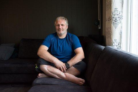 FORANDRET: Livet til Vidar Rostad ble forandret etter ulykken på havet utenfor Reine. Dykkeklokka, som han her har på seg, viste at han ble dratt ned til mellom 10 og 15 meters dybde før han kom seg løs.