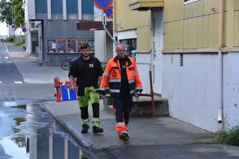 I ARBEID: Driftsoperatør Bjørn Sigurd Hansen fikk en ekstra lang arbeidsdag da et vannrør sprakk i Storgata.