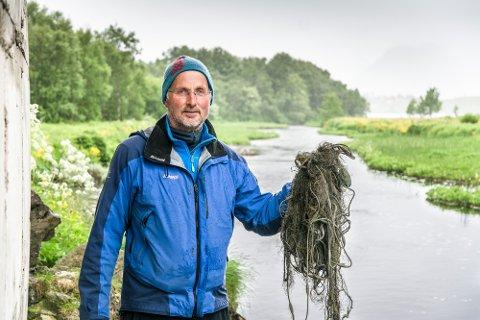 ULOVLIG: Lederen av Farstadvassdraget grunneierlag, André Bøe, med det ulovlige garnet som han fikk melding om. Det er ikke lov til å fiske i Saltisen og Lakselva, og slett ikke med garn.