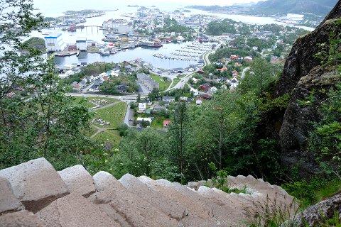 DJEVELTRAPPA: Sherpatrappa opp mot Djevelporten i Svolvær vil trolig bli lengre i løpet av høsten.