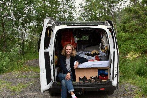 Fornøyd: Hermann Hegg (23) har hjemmet sitt inne i bilen hele sommeren.