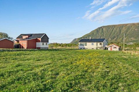 Solgt: Dette tidligere småbruket ved Laukvik var populært, etter en budkrig gikk eiendommen langt over takst