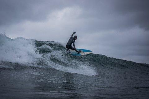 Surfeparadis: Det er Delp som er stedet for surfing i Vågan, i følge Edvart Falck Alsos.