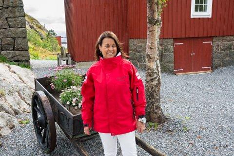 ANTIKK PÅ BALLSTAD: Anita og Jens Jentoft har pusset opp flere gamle bygg hjemme på Ballstad. I neste uke åpner de antikkhandel i fjøset. Det er Anita som skal stå bak disken, men datteren deres skal også steppe inn.