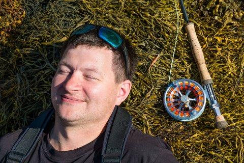 CHILL I TANGEN: Borgfjæringen Øyvind Martinsen (38) - som bor i Stamsund - liker å være alene når han fisker. Han slapper godt av på stedene ved sjøen som han har funnet seg.