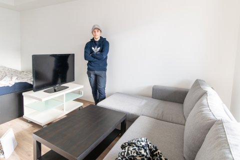 FRIHET: For Brynjar Lauritsen betyr det å eie egen leilighet mye frihet. Det var derfor naturlig for han å kjøpe egen bolig så fort han fikk muligheten og lån i banken. Nå har 20-åringen flyttet inn i splitter ny ett-roms i Lørenskog.