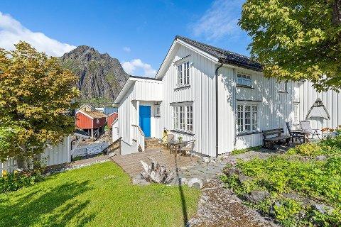 Sjeldent: Huset på Svinøya i Svolvær hadde en prisantydning på 3,3 millioner, men ble solgt for langt mer.