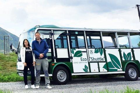 FLAKSTAD-BUSS: Avdelingleder June Remmen og Andreas Storl i Arctic Guide Service foran bussen som er brukt på Fredvang.