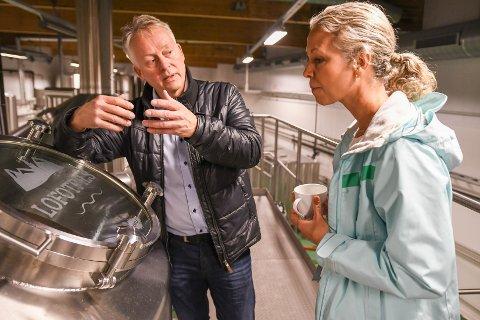 Omvisning: Lofotpils-eier Thorvardur Gunnlaugsson er gründeren bak ølet fra Lofoten. Her viser han frem en del av prosessen til Hurtigruten-direktør Hedda Felin.