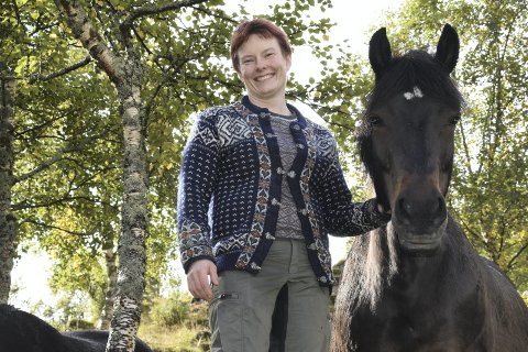 RIR FLERE HESTER: Aimee Cathrin Larsen rir flere hester samtidig. Hun liker å ha flere ben å stå på, og hun liker det travle, utfordrende og spennende livet hun lever.Foto: Eirik Eidissen