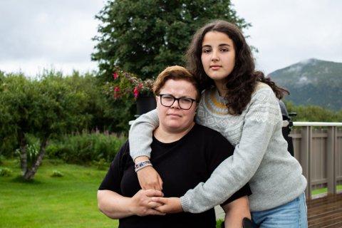 KJEMER FORTSATT: Fida Amin ble alenemor over natten til fire barn. Her er hun sammen med sin eldste datter Selma (15).