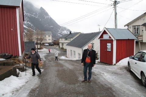 Roar Jacobsen står der ledegjerdet og port ned til været i Nusfjord kan komme. Til venstre for resepsjonsbygget er det ei trapp som ikke blir sperret. Til høyre går vegen inn til parkeringsplassen. Den blir heller ikke sperret og kan brukes som et utgangspunkt for turfolk. - Vi har ikke tenkt å stoppe noen som velger de to vegene, forsikrer Roar Jacobsen. - Hensikten med gjerdet er å lede turistene inn i resepsjonen. Lokalbefolkningen og de som har rorbuer her får fremdeles komme ned i været, forklarer han.
