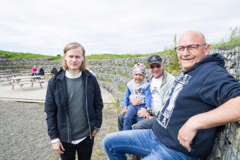 De gjør klart til plattdans på Kvalhausen på Eggum lørdag. Foran: Sverre og Geir Simonsen. Bak: Alexandro og Bjørnar Davidsen.