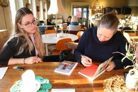 LOFOTFISKET: Journalist Christine Kristoffersen Hansen og fotograf Ingun Alette Mæhlum signerer boka «Lofotfisket». – Vi hadde noen fantastiske uker i Lofoten i vinter. Der traff vi rause folk som bydde på seg selv, forteller de to.