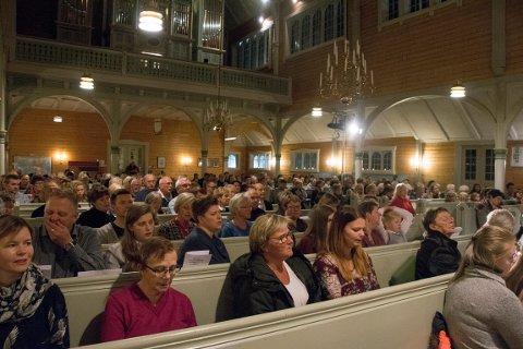 Siden 1998 har orgelet - øverst i bildet - fulgt menigheten i glede og sorg.