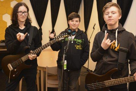 Skal være med: Metalbandet «Bloodboil» med fra høyre Dennis Landsem (bass), Jakop S. Mathiassen (vokal) og Daniel Vårum (gitar) spiller i UKM lørdag på Leknes. De andre som er med i bandet er Arne Martin Fagerås (trommer), Aleksander Kleffelgård (gitar), Tobias Angelsen (piano) og Eline Johannesen (vokal).