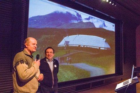Direktør Geir Are Johansen i Museum Nord, overrekker en gave til familien Ringstad. Her representert med Robin Ringstad.